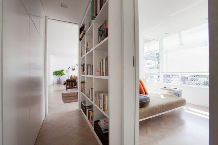 dicas-de-decoracao-para-apartamentos-pequenos-estante-livros-corredor-casa-show